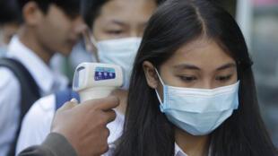 Contrôle de la température de lycéens à Phnom Penh pour éviter la propagation du coronavirus