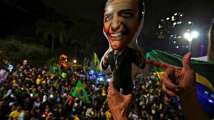 Militantes pro-Bolsonaro festejam vitória do candidato de extrema-direita