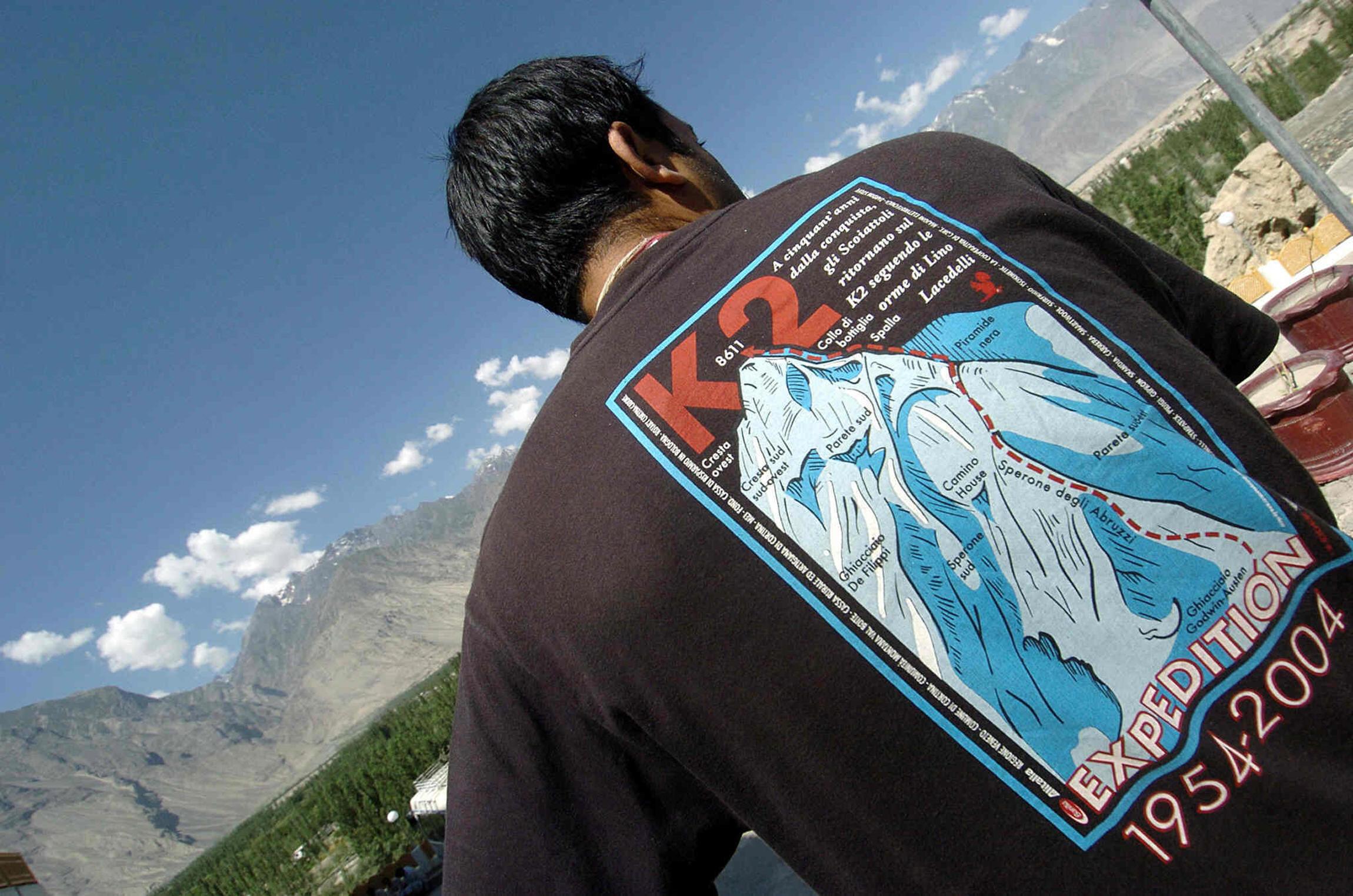 Un touriste au pied du K2, le deuxième sommet le plus haut du monde, après l'Everest.