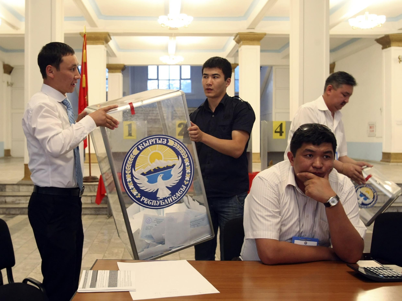 Подсчет бюллетеней на изибрательном участке в Бишкеке 27 июня 2010