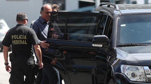 Le gouverneur de Rio Luiz Fernando Pezao est emmené par des policiers, le 29 novembre 2018.