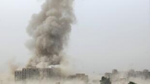 Un nuage de fumée s'élève du ministère de la Justice irakien, peu après une explosion à Bagdad, le 25 octobre 2009.