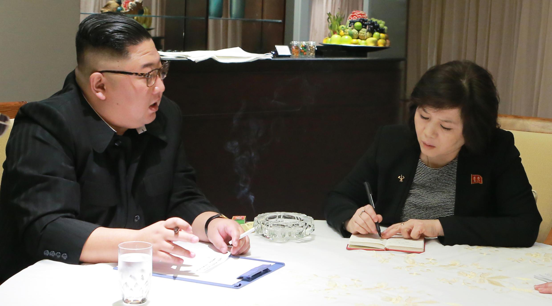 朝鮮最高領導人金正恩與外務省第一副相崔善姬資料圖片