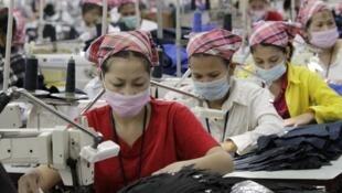 Ouvrières dans une usine de textile.