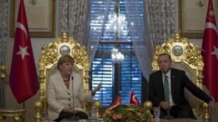 آنگلا مرکل صدراعظم آلمان، به منظور دیدار با مقامات دولت ترکیه و گفتگو بر سر مسأله هجوم مهاجران غیرقانونی به اروپا، روز یکشنبه ٢۶ مهر/ ١٨ اکتبر ٢٠١۵ وارد ترکیه شد