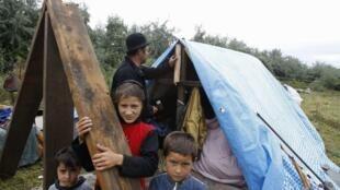 Um grupo de ciganos em um campo ilegal, no norte da França, em Roubaix.