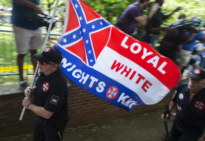 Un membre du Ku Klux Klan arrive à une manifestation le 8 juillet 2017 à Charlottesville, Virginia.