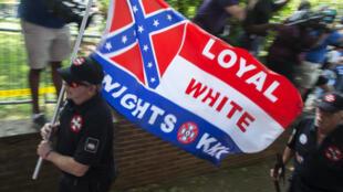 Des suprématistes blancs arrivent à Charlottesville en Virginie pour manifester le 8 juillet 2017.