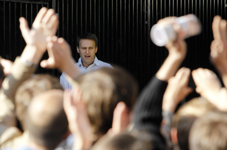 Алексея Навального встречают на выходе из спецприемника на Симферопольском бульваре в Москве 24 мая 2012 г.
