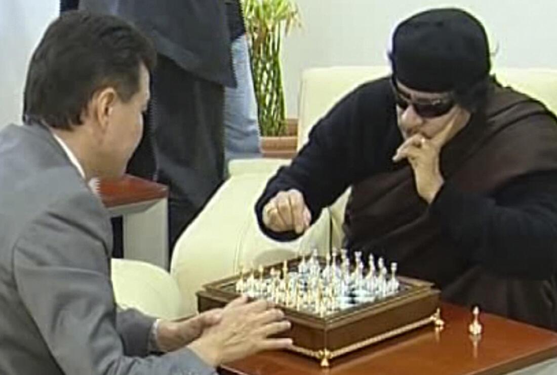 Image de la télévision libyenne montrant le colonel Kadhafi en train de disputer une partie d 'échecs à Tripoli avec le président de la Fédération internationale d'échecs, le Russe Kirsan Ilyumzhinov, le 12 juin 2011.