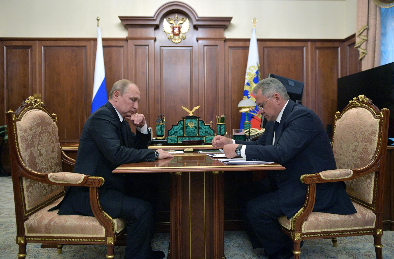 Tổng thống Nga Vladimir Putin và bộ trưởng Quốc Phòng Sergei Shoigu họp khẩn tại Matxcơva ngày 02/07/2019, sau vụ tai nạn tàu ngầm trên biển Barents.