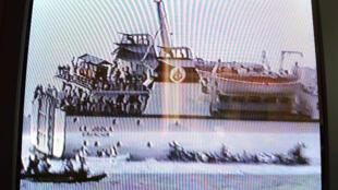 Le Joola, le jour du naufrage, le 26 septembre 2002. Photo prise par un touriste et diffusée à la télévision le 29 septembre.