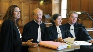 Les avocats de l'association des irradiés d'Epinal autour de Me Gérard Weltzer (2e G), Paris, le 24 septembre 2012.