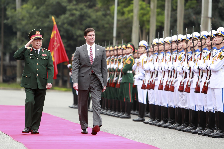 Cựu bộ trưởng Quốc Phòng Mỹ, Mark Esper và đồng nhiệm Việt Nam Ngô Xuân Lịch, tại Hà Nội, ngày 20/11/2019.