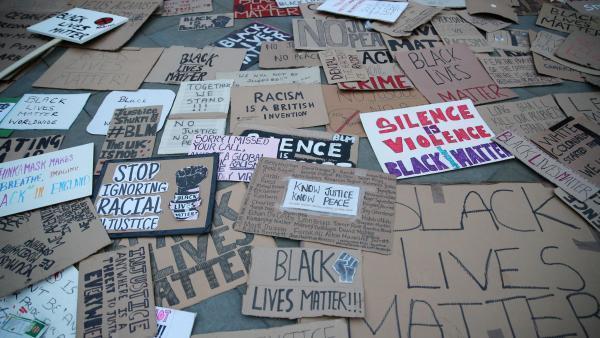 Des dizaines de pancartes étalées à Parliament Square lors d'une manifestation à Londres, le 7 juin 2020.