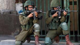 约旦河西岸持枪警戒的以色列士兵资料图片