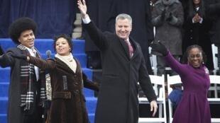Le nouveau maire de New York, Bill de Blasio, entouré de ses deux enfants (g) et de sa femme (d) lors de son investiture, devant la mairie de New York, le 1er janvier 2014.