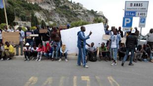Des migrants à Vintimille, à la frontière entre l'Italie et la France. De là, ils peuvent se rendre facilement en Suisse. Photo datée de 2015.