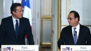 French President François Hollande (R)  and British Prime Minister David Cameron in Paris last month