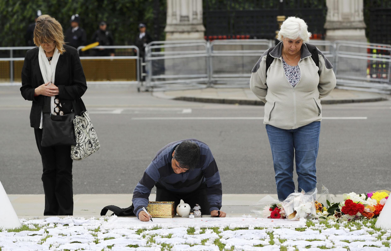 Britânicos depositam flores e velas em homenagem a Jo Cox na praça do Parlamento, em Londres.