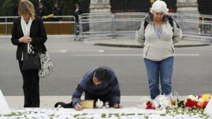 Moment de recueillement sur la place du Parlement britannique, le 17 juin 2016, au lendemain de l'assassinat de la députée travailliste Jo Cox.