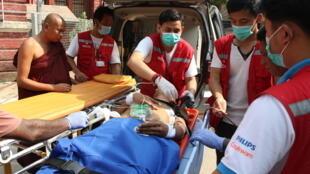 Ảnh minh họa : Một người biểu tình bị thương ở Rangoon, Miến Điện, được cấp cứu. Ảnh 27/03/2021.
