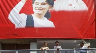 Cartaz eleitoral da Liga Nacional pela Democracia (LND) com a imagem de Aung San Suu Kyi.
