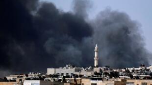 Fumaça cobre a área central de Aleppo, no norte da Síria, onde exército e rebeldes se enfrentam.