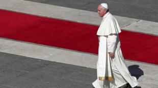 Papa Francisco logo após a cerimônia de canonização em Roma.