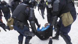Cảnh sát Nga bắt bớ người biểu tình ủng hộ phe đối lập của Alexei Navalny tại St. Petersburg, ngày Chủ Nhật 31/01/2021.
