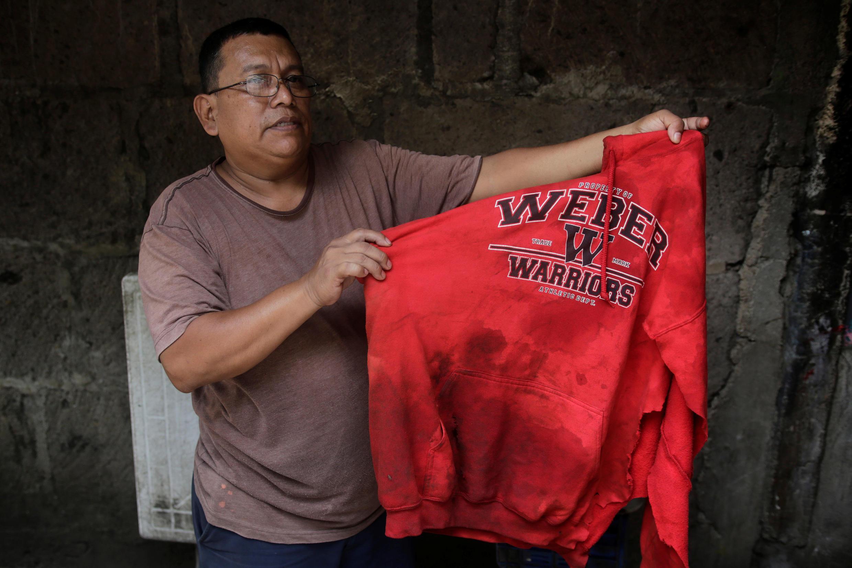 Un habitante de la ciudad de León muestra la camiseta que su hijo llevaba cuando murió en los enfrentamientos este viernes 5 de julio de 2018.