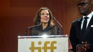 Joana Vicente et Cameron Bailey s'expriment sur scène lors du gala hommage au festival international du film de Toronto 2019.