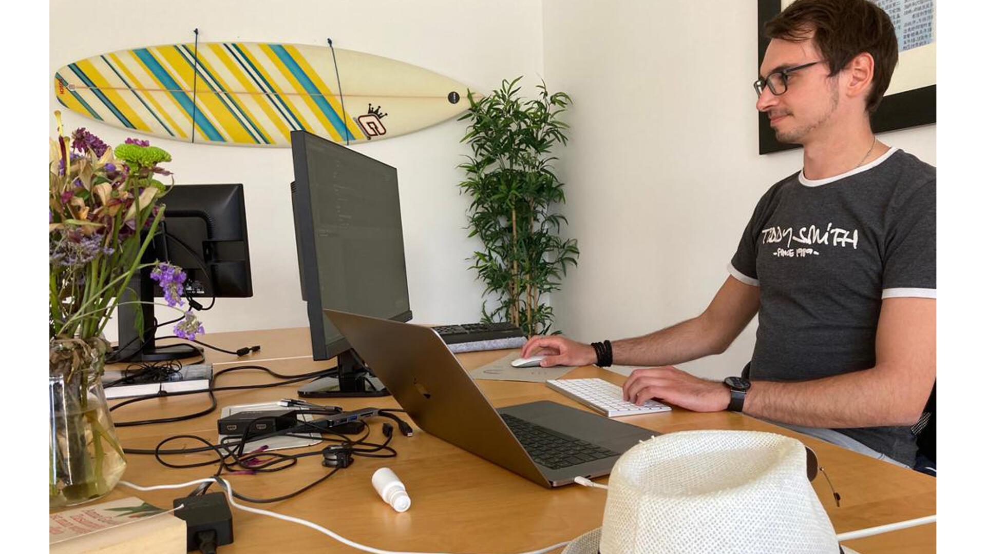 Canaries - Donovan préfère travailler dans le salon du Roof, un hébergement partagé dédié aux nomades digitaux