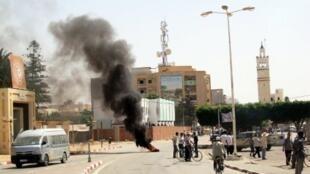 Des protestataires convergent vers le siège du gouvernorat à Sidi  Bouzid, le 26 juillet 2012.