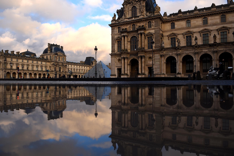 O Museu do Louvre foi obrigado a fechar um de seus andares para proteger as obras de arte das possíveis inundações.