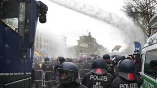 Policiais usam canhões de água para conter manifestantes em Berlim.