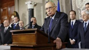 Le président Giorgio Napolitano devant la presse, à la fin de la première journée de consultations, le 15 février 2014 à Rome.