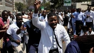 Doctors and nurses protest in Harare on 16 septembre 2019, two days after the disappearance after Dr. Peter Magombeyi