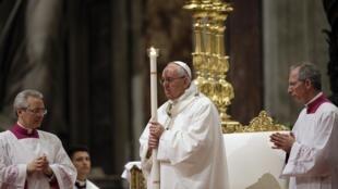 پاپ فرانسیس از خدا خواست که به جنگ، قاچاق اسلحه و رنج مردم جهان پایان دهد.