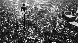 La foule des Parisiens manifeste sa joie sur les Grands Boulevards à Paris, le 11 Novembre 1918, à l'annonce de la signature de l'armistice entre l'Allemagne et les Alliés, mettant fin à la Première Guerre Mondiale.