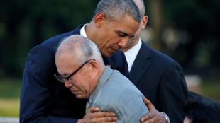 Barack Obama prend dans ses bras un survivant d'Hiroshima, le 27 mai 2016.