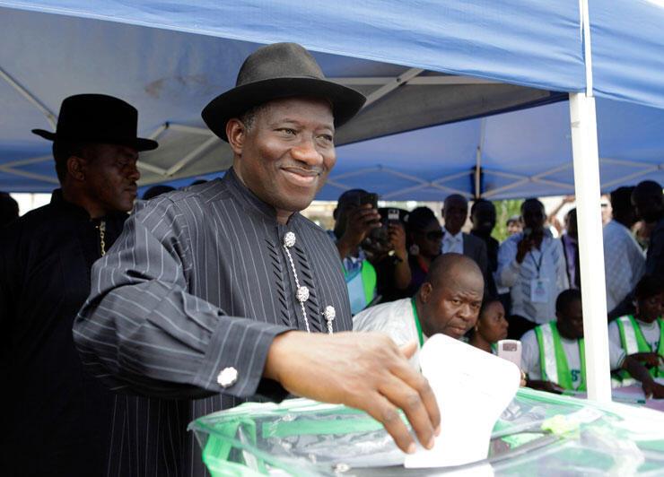 Le président nigerian Goodluck Jonathan dans son bureau de vote.