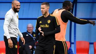 Le Français Thierry Henry, adjoint du sélectionneur de l'équipe de Belgique, Roberto Martinez, plaisante avec les attaquants Eden Hazard et Romelu Lukaku, lors d'un entraînement à Dedovsk, près de Moscou, à la veille de la demi-finale de la Coupe du monde contre la France