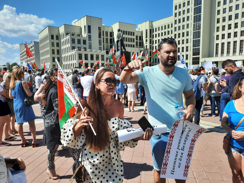 """Участники митинга за Лукашенко с плакатом: """"Цветные революции - не для Беларуси"""""""