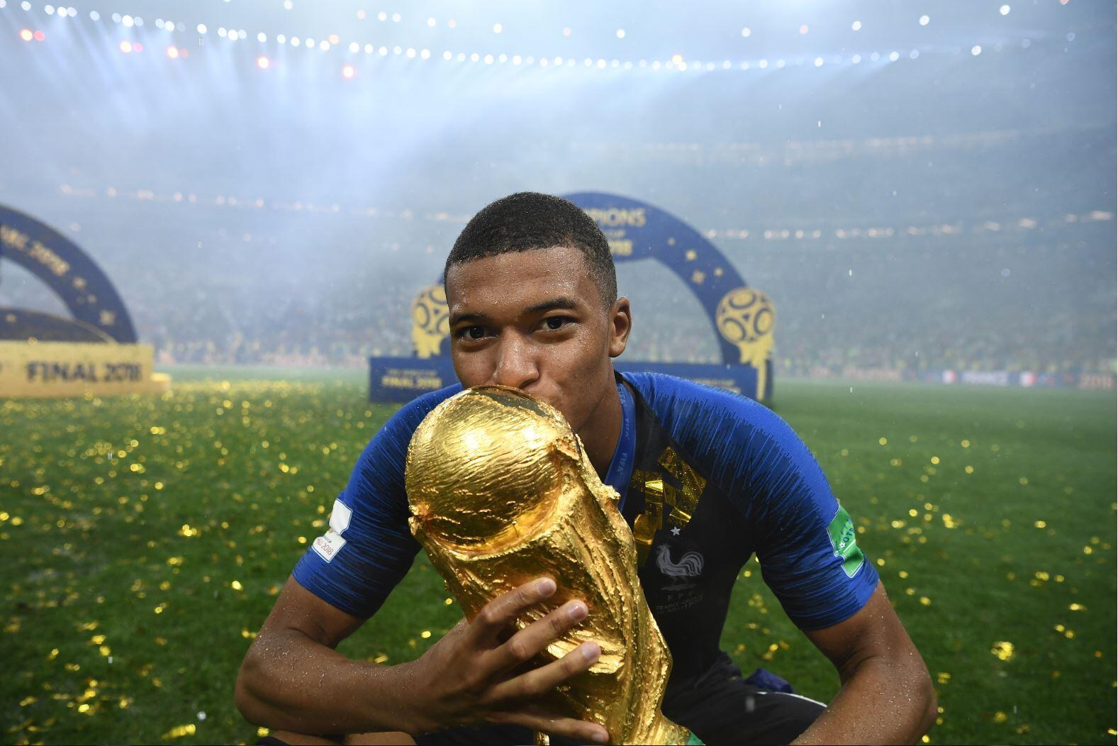 Килиан Мбаппе стал чемпионом мира в 19 лет. Его называют лучшим молодым футболистом в мире и сравнивают с Пеле и Тьери Анри