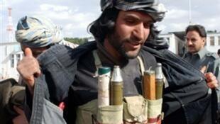 Un taliban montre ses armes avant de les déposer aux autorités à Hérat, le 21 novembre 2009.