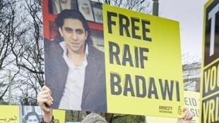 Manifestation de soutien à Raif Badawi devant l'ambassade d'Arabie saoudite à La Haye,  aux Pays-Bas, le 15 janvier 2015.