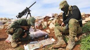 Des combattants rebelles syriens soutenus par Ankara à Salwah, à moins de dix kilomètres de la frontières turco-syrienne le 19 février 2018, avant de tirer sur Afrine.