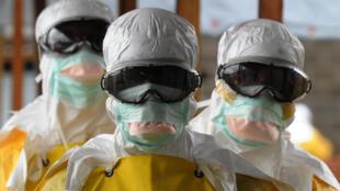 Специалисты центра «Врачи без границ» по борьбе с Эболой в Либерии, июнь 2015 г.