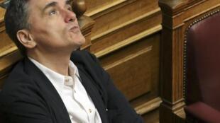 Euclid Tsakalotos, ministro grego das Finanças, perante o hemiciclo
